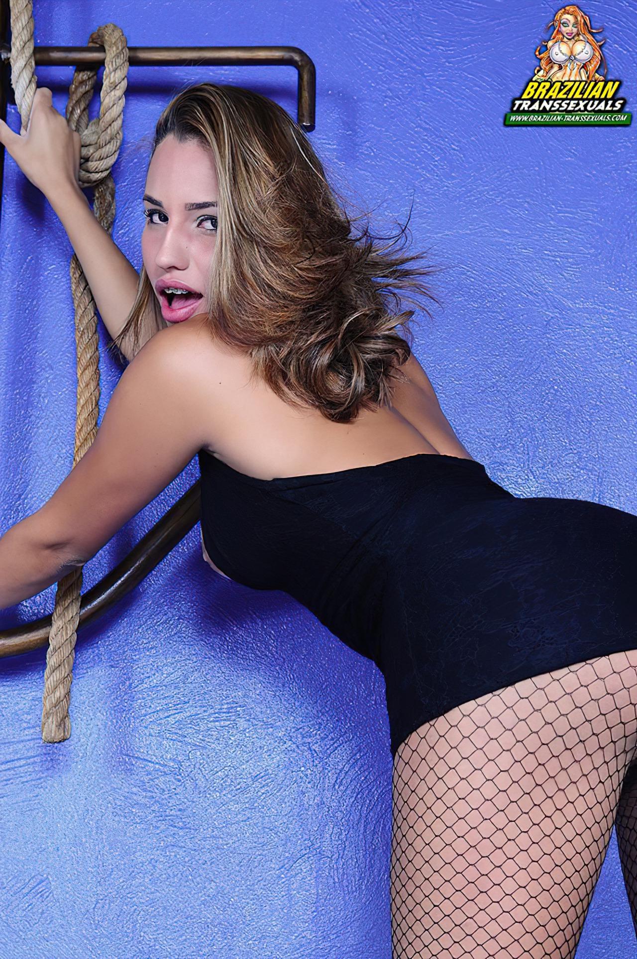 Transex Brasileira Tirando o Vestido (2)