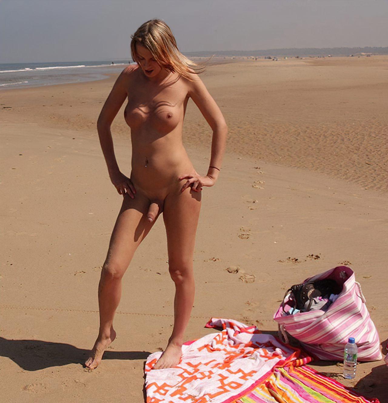 Travestis Nuas na Praia (25)