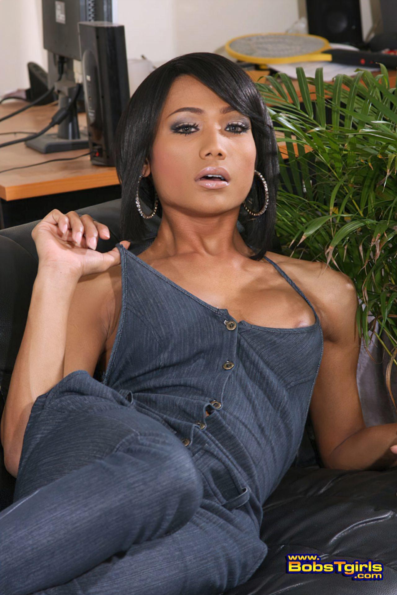 Oriental Elegante Tirando Roupa Sofa (2)