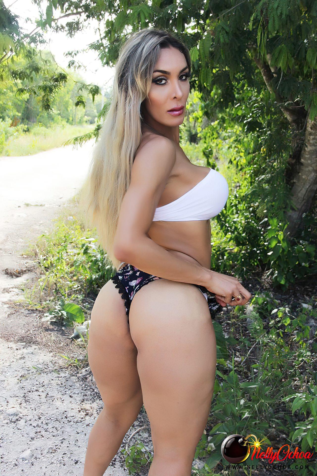 Nelly Ochoa Tirando Roupa na Rua (4)