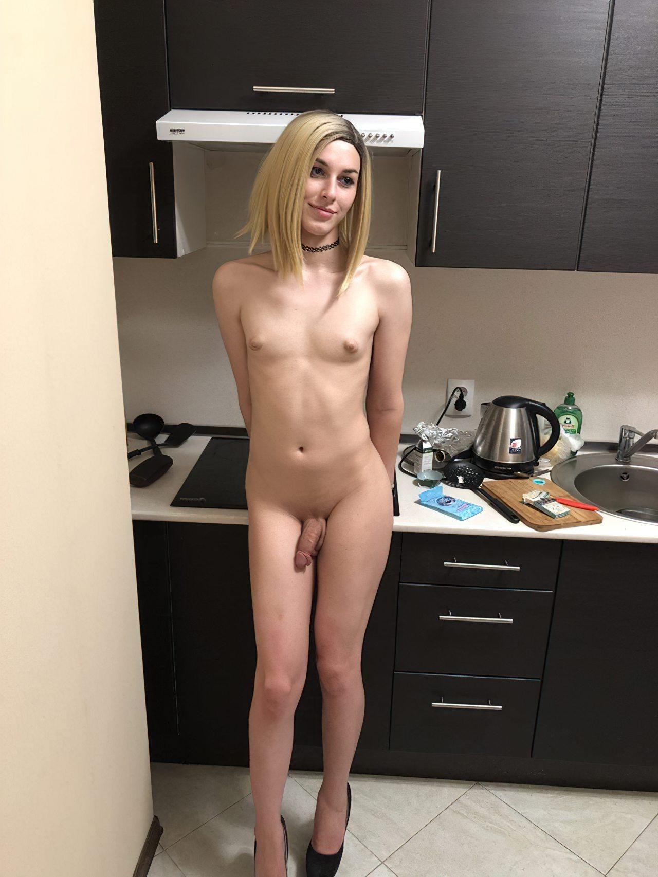 Travesti Pelada na Cozinha