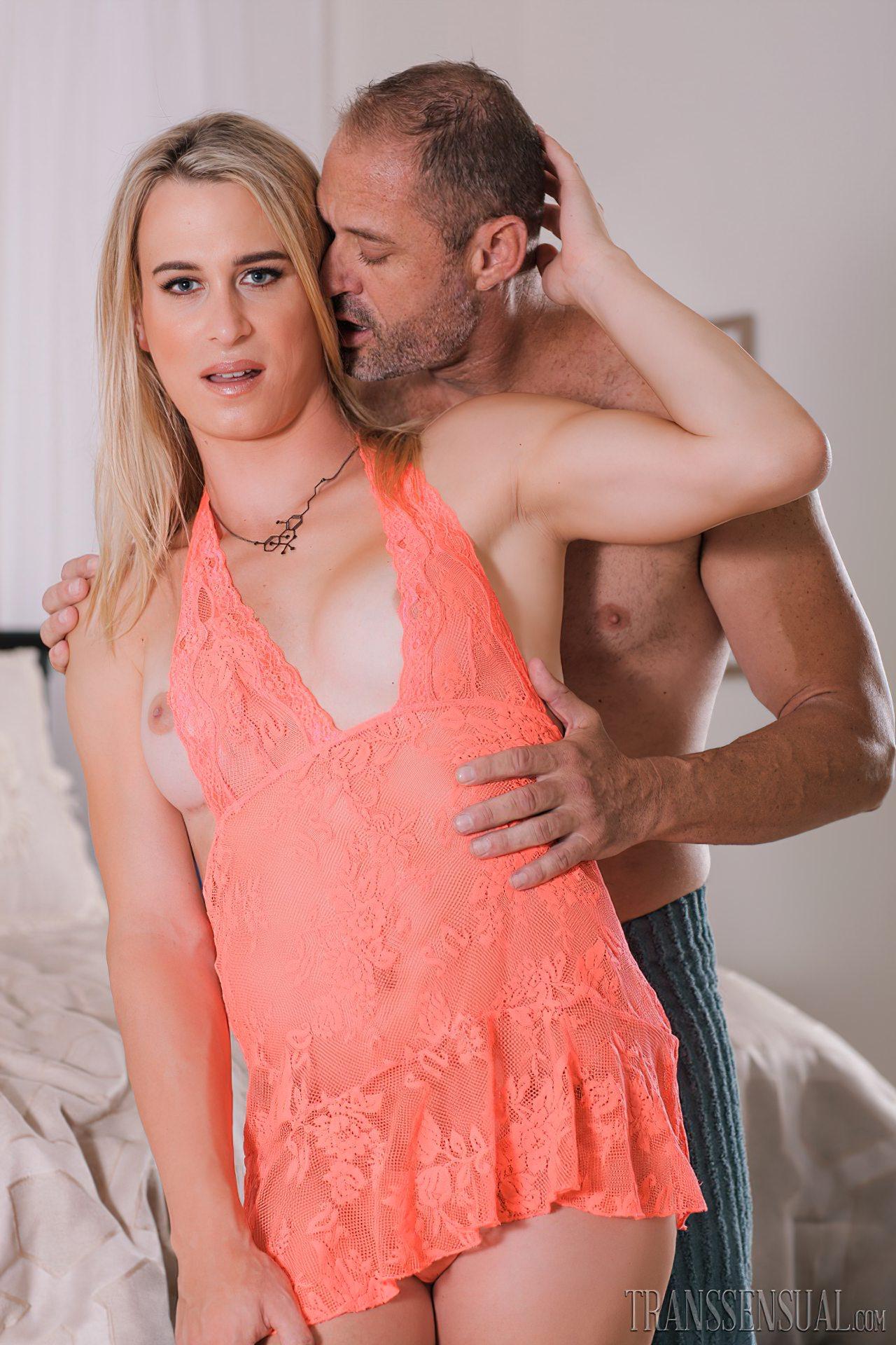 Trans Sedutora Fazendo Sexo com Marido (1)