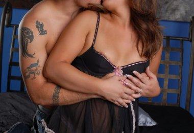 Namorados Beijando na Cama