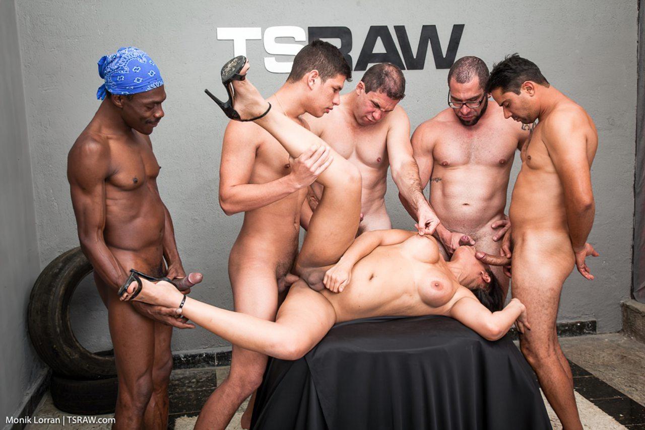 Transex Fazendo Sexo Gangbang (7)